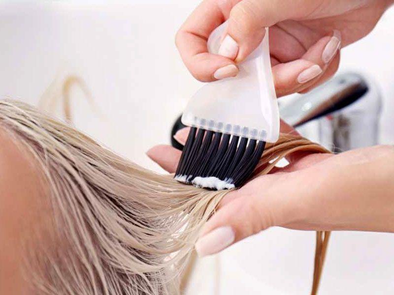 حال بايستي برس آغشته به رنگ مو را به لايه رويي هر دسته و لايه زيرين هر دسته به آرامي و از بالا به پايين بكشيد.