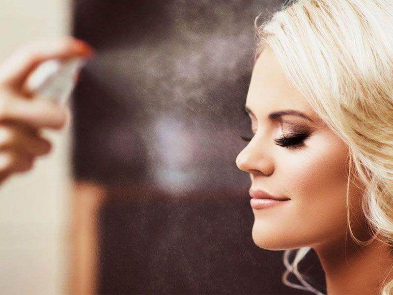بعد از میکاپ کامل چشم، به کمک فیکساتور می توانید آرایشتان را تثبیت کنید و به عبارت دیگر به آرایشتان دوام بیشتری بدهید.